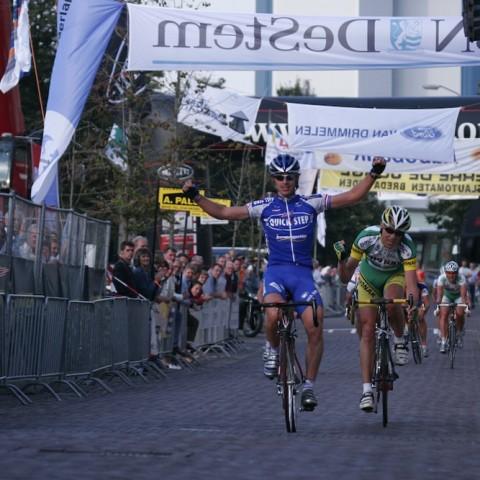 Servais Knaven wint de rit-in-lijn voor de latere totaalwinnaar van het omnium, Koos Moerenhout.
