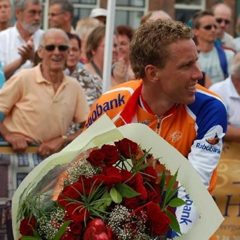 Winnaar Michael Boogerd met de bloemen