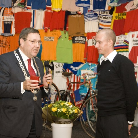 Burgemeester Den Duijn huldigt Stef Clement voor bronzen medaille WK tijdrijden