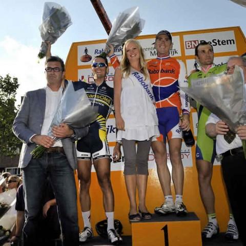 Erepodium met v.l.n.r.  2 Johnny Hoogerland, 1 Koos Moerenhout en 3 Ivan Basso.