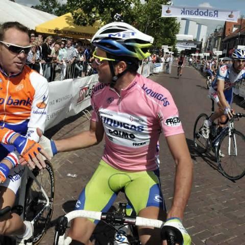 Koos Moerenhout begroet Ivan Basso